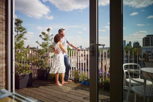 para na balkonie wynajętego mieszkania